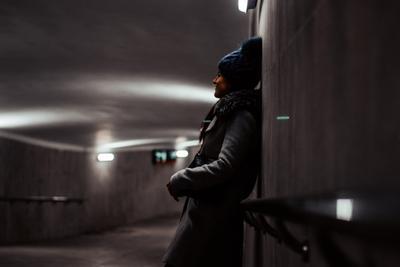 Девушка в подземном переходе девушка подземка переход