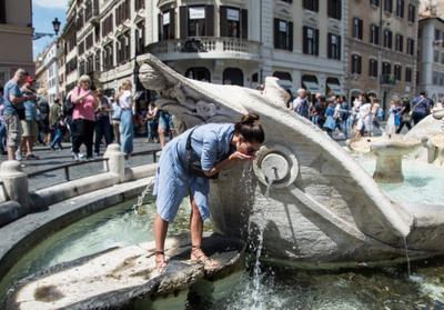 ***водопой на площади Испании в Риме