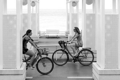 Женщина и велосипед.