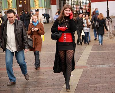 На улицах  города люди лица город прохожие уличный портрет стрит девушки