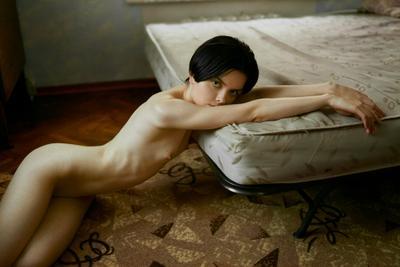 Одна дома nikon tamron 35mm девушка карэ ребра естественный свет дома кровать ню