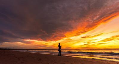 Пылающее небо Море закат берег Азов облака