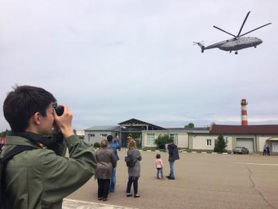 Взлетел Ми-38! ребёнок фотографирует вертолёт Ми-38