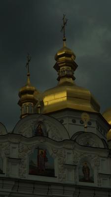 Купола Киево-Печерской Лавры перед дождем