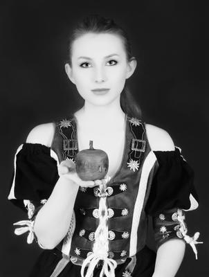 bavarian eva with an old apple