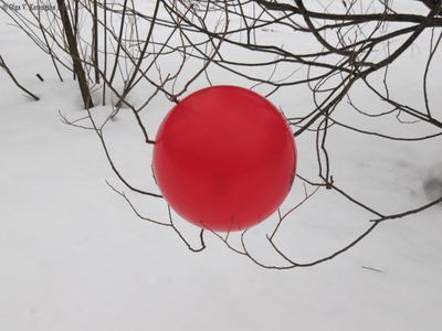 Японский флаг японский флаг красный воздушный шар ленд-арт снег