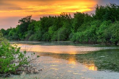 На озере летний пейзаж озеро закат