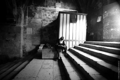 Меж тьмой и светом читаю я Завет (из серии Израильские зарисовки) Гробница Марии, Иерусалим, Израиль, Jerusalem, Israel