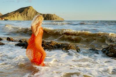 По волнам идущая. осень Крым закат девушка море волны
