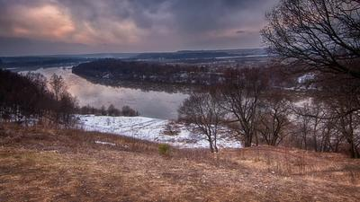 Ледоход на Оке. весна по всей реке плывут льдины разной величины