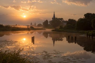 Теза в туманном мареве рассвета река теза туман марево мост разваоины монастырь церковь храм рассвет