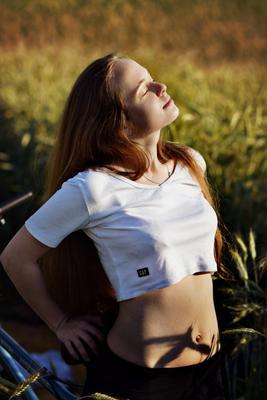 В поле природа девушка солнце лето