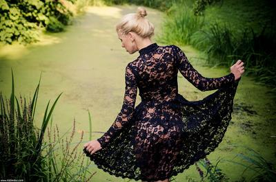 Кружева спина кружева платье прозрачное попа секс секси блондинка профиль фигура пруд ряска сад парк