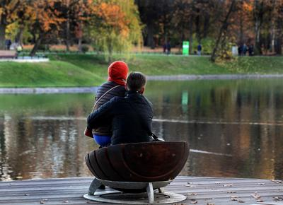 Не жалей ты листья, не жалей, А жалей любовь мою и нежность! осень пруд двое