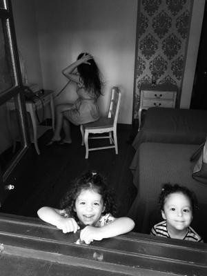 Mother of two мама дочки дети фен комната настроение чб веселье смех
