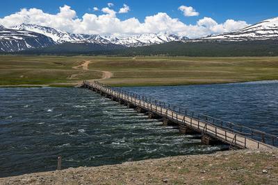 Сыргал. Монголия долина горы июнь облака дорога национальный парк Таван Богд памятники аймак Баян Улгий степь