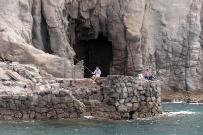 Ловись, рыбка... рабаки рыбалка океан Канары скалы пещера