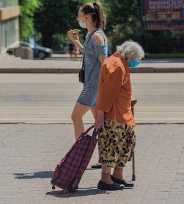 Когда на градуснике 45 в тени... эпидемия маска жара старушка девушка