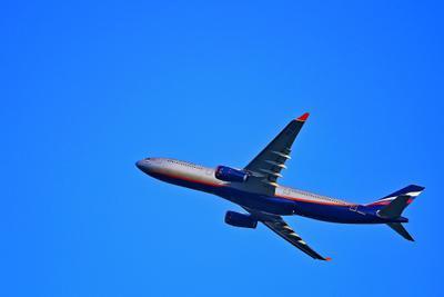 В синем небе. синее небо самолет взлет полет воздух движение