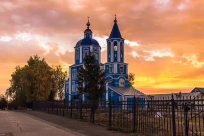 На фоне яркого восхода храм собор утро восход небо облака