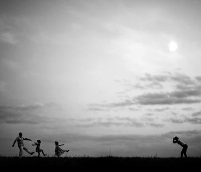 Когда мама фотограф семья дети любовь ЧБ фотограф счастье радость детство лето парк природа