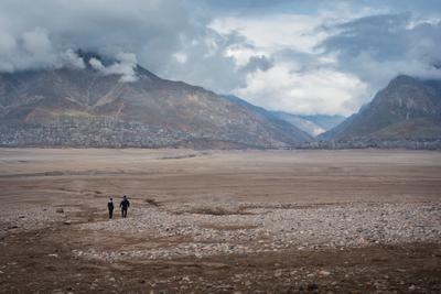 Высохшее водохранилище чарвак горы водохранилище