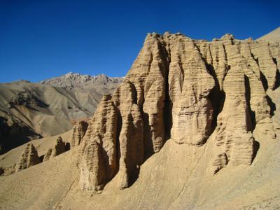 Резные скалы горной системы Гиндукуш. Афганистан вулкан кратер горы скалы