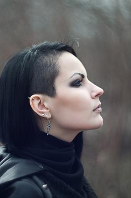 *** гот выбритый висок серёжки скелеты пирсинг неформальные стрижки профиль девушка неформальная готическая альтернативная модель Эсфирь goth shaved head earrings skeletons piercing informal haircuts profile girl Gothic alternative model Esfir