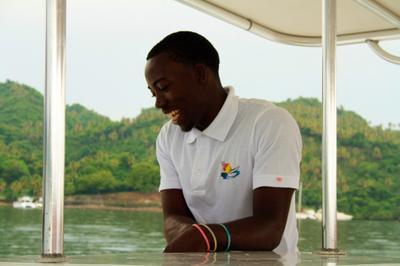 Доминиканец доминиканец чернокожий на яхте после дождя улыбка позитив