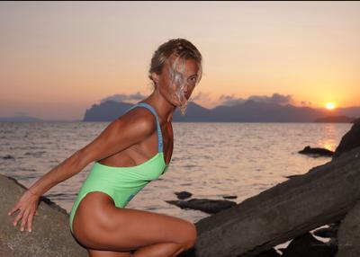 На закате. осень Крым закат девушка море камни