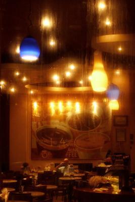 в городе ночь. кафе