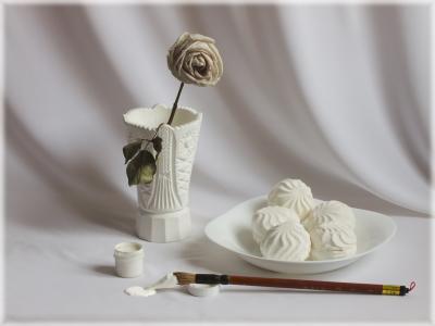Белый натюрморт с увядшей розой