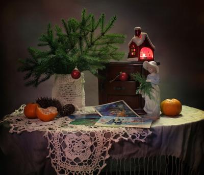 Со старыми открытками натюрморт новый год рождество елка открытки фигурка украшения мандарины девушка
