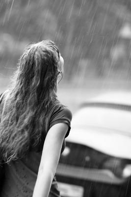 Дождь дождь, девушка, ч/б