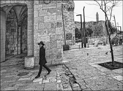 Маленький человек в каменном городе