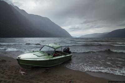 Алтайский ливень Алтай пейзаж Россия природа скала горы лодка озеро Телецкое дождь пасмурно