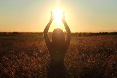 Закат в поле закат девушка поле природа солнце