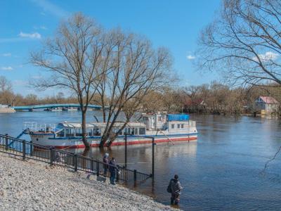 Набережная.Весна. половодье река рыбак