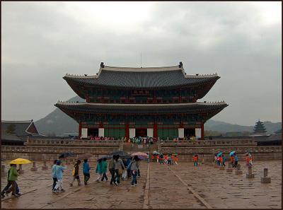 Дворец Кенбоккун. Сеул дождливый день дворец сеул
