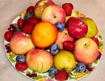 Дары лета фрукты натюрморт яблоки персики сливы клубника