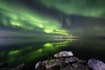 Начало сезона полярное северное сияние ночь озеро отражение