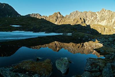 Саянское зеркало Саяны июль горы озеро отражение