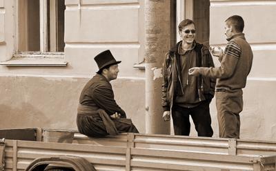 А вот и кучер - его на съемочной площадке заждались, а он анекдоты травит с господином артистом...