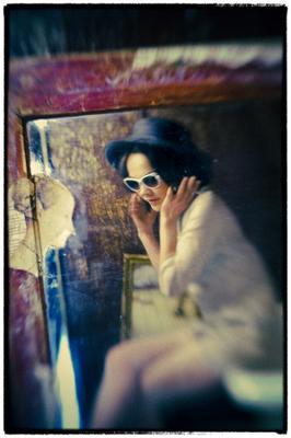 poppy портрет девушки в очках сидя на ванной