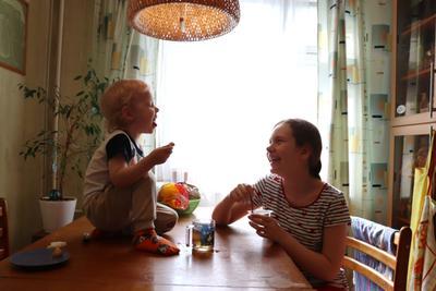 Весёлый полдник ребенок чай настроение