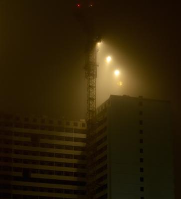 Ночь, туман. Стройка.
