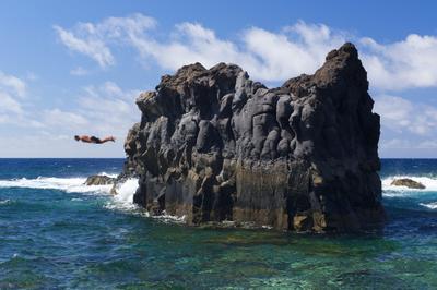На бреющем... Эль Йерро Канарские острова испания море скала люди прыжок