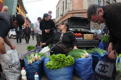 Рынок в Кутаиси рынок мешки зелень Грузия Кутаиси продавщица