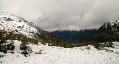 по пути в гейрангер снег норвегия горы фьорды скалы тропа вершина облака