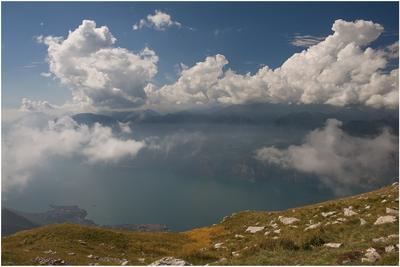 Озеро Гарда горы,озеро,небо,облака